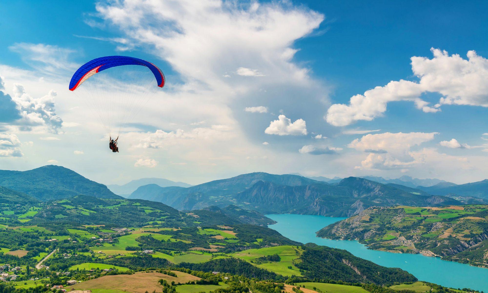 Beim Paragliding in Frankreich könnt Ihr unter anderem über den See von Annecy fliegen.