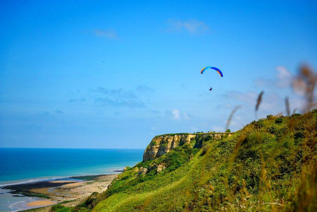 Paragliding in der Normandie bietet einfach die besten Ausblicke auf das Meer und die Klippen.