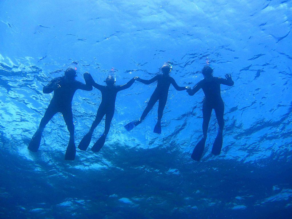 Bei einer Bootstour in Kreta könnt Ihr die beliebten Tauchspots Empros Yialo und Drepano erkunden.