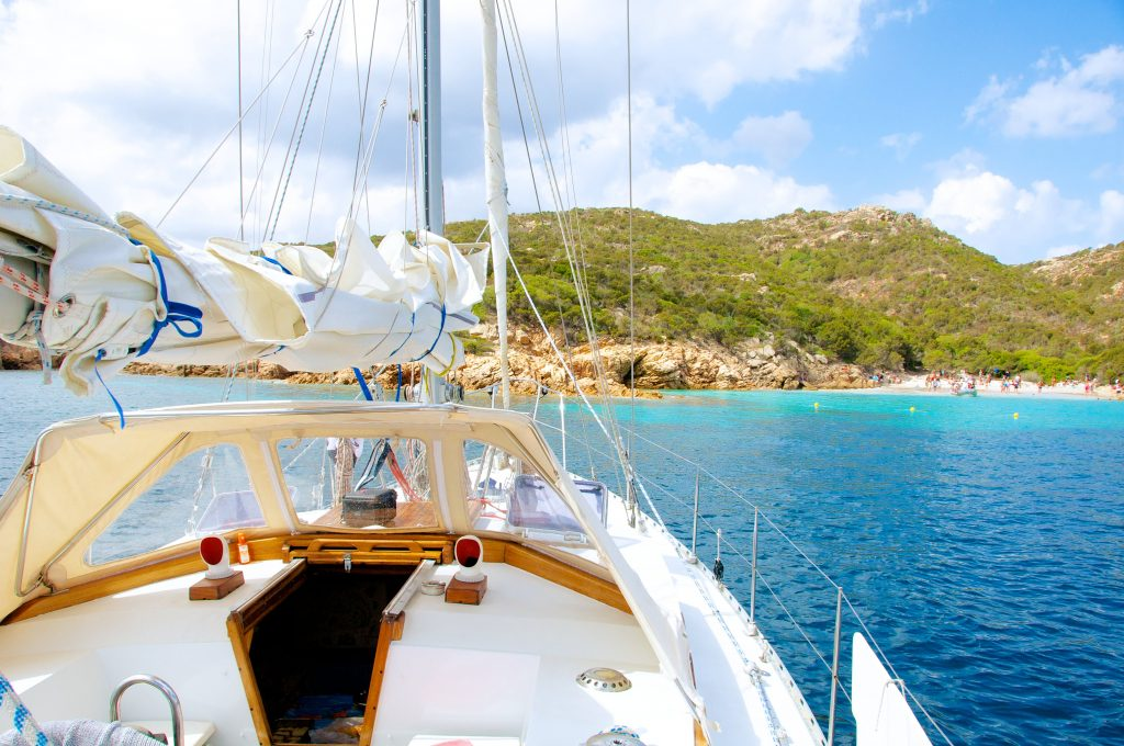 Durante un'escursione di snorkeling in Sardegna una barca a vela si è fermata vicino a una spiaggia.