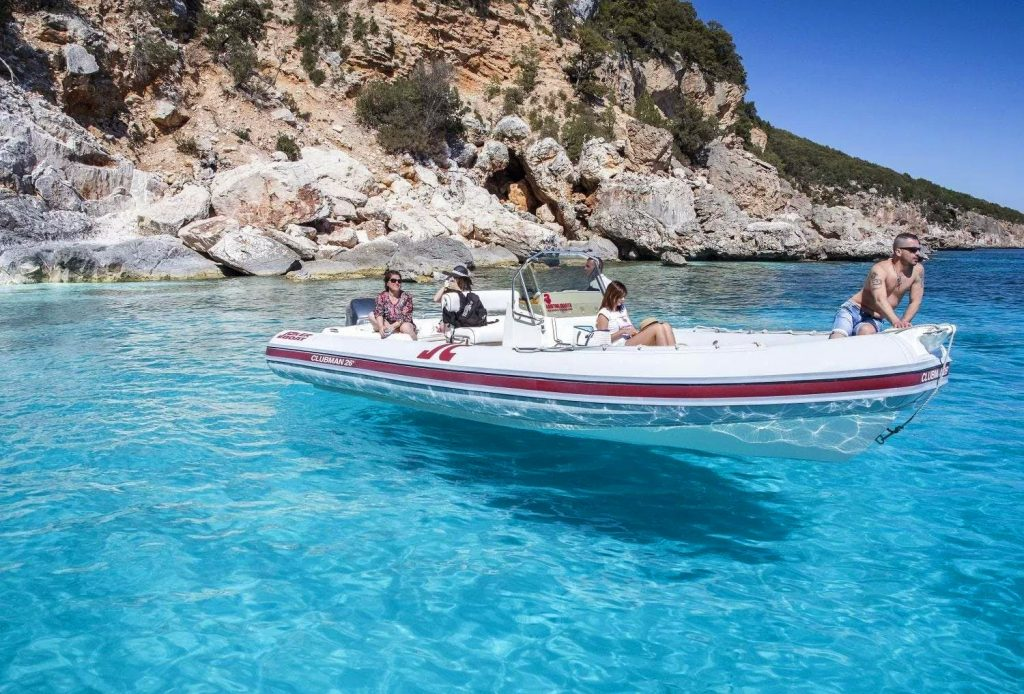 Some people are taking part in a snorkeling excursion in Cala Gonone.