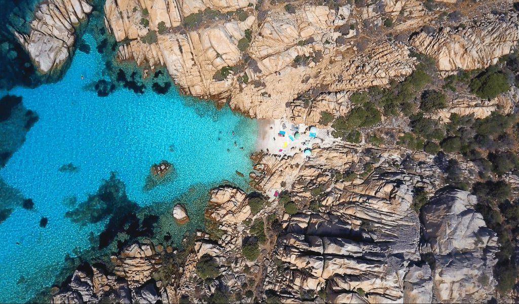 Una vista panoramica di Cala Coticcio, un affascinante punto di snorkeling in Sardegna.