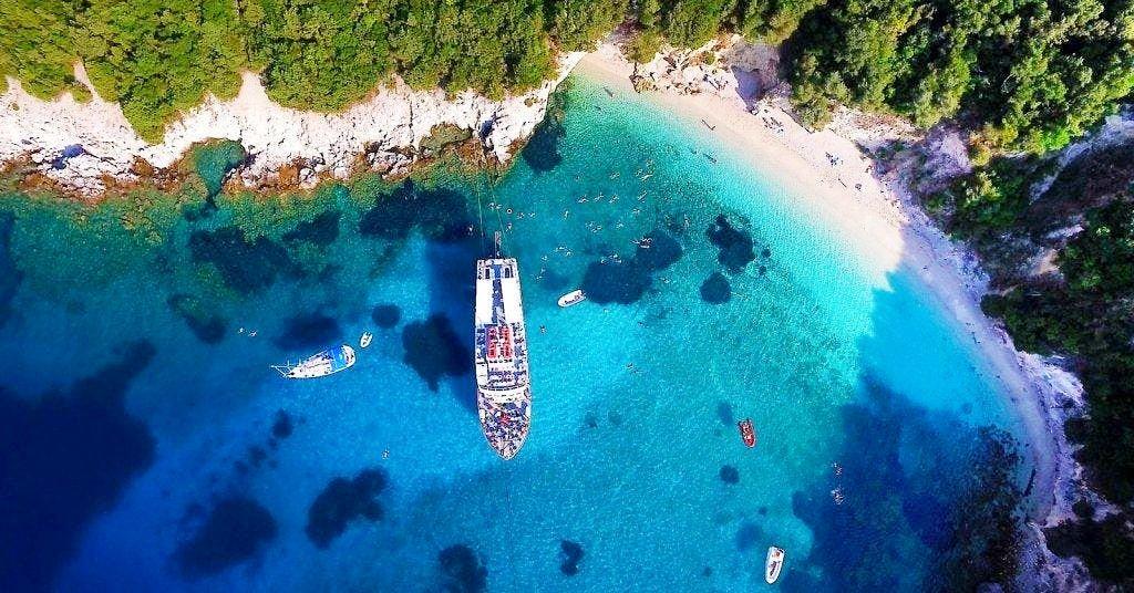 Ein großes Boot bringt eine Gruppe fürs Schnorcheln in der Blaue Lagune zu einer wunderschönen Bucht.