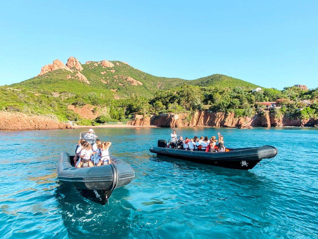 Zwei Boote führen Touristen zum Tauchspot fürs Schnorcheln auf den Lérins-Inseln.